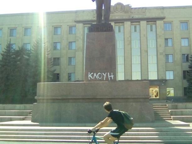 Надписи «Клоун» появились на памятнике Ленину возле правительства в Ставрополе