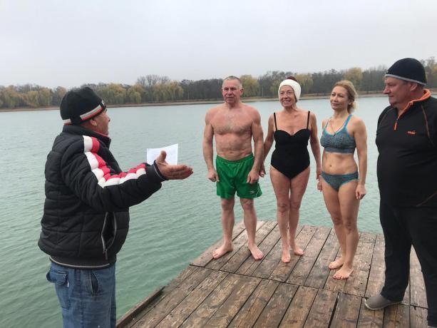 В ледяной воде искупались «горячие головы» из Ессентуков