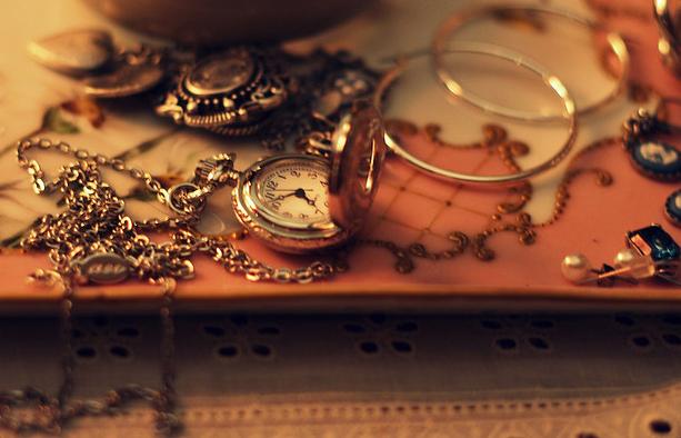 Домработница похитила у хозяйки золотые изделия