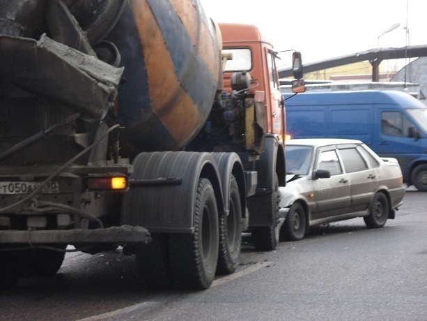 Шофёр легковушки ВАЗ умер вДТП сбетономешалкой под Ростовом