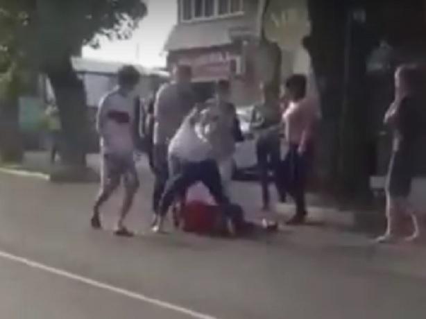 Жестокая драка двух групп подростков с избиением лежачего в Ставрополе попала на видео