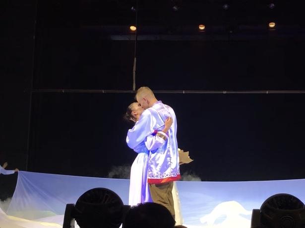 Солист ансамбля «Ставрополье» сделал предложение своей партнерше во время гала-концерта студвесны