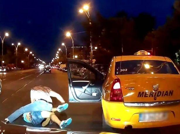 Вместо оплаты поездки клиент избил таксиста и угнал его машину в Ставрополе
