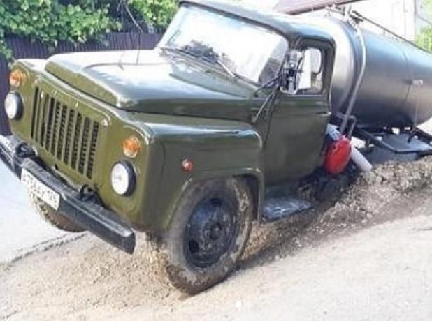 Грузовик-ассенизатор провалился на дороге в Пятигорске