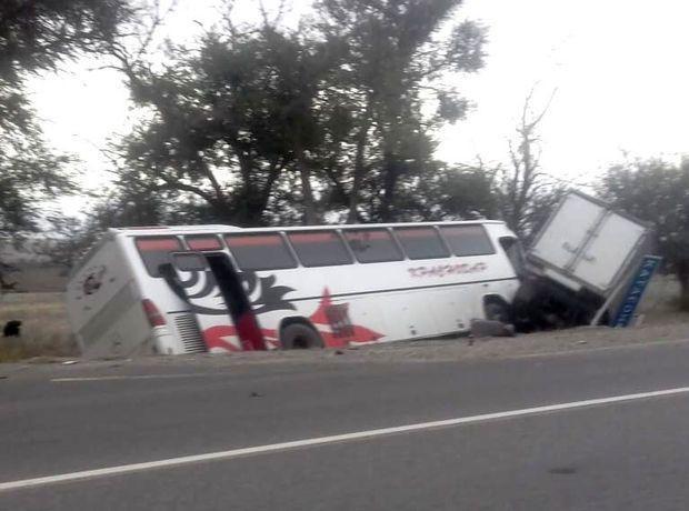 Рейсовый автобус с 33 пассажирами столкнулся с «Газелью» и вылетел в кювет на Ставрополье