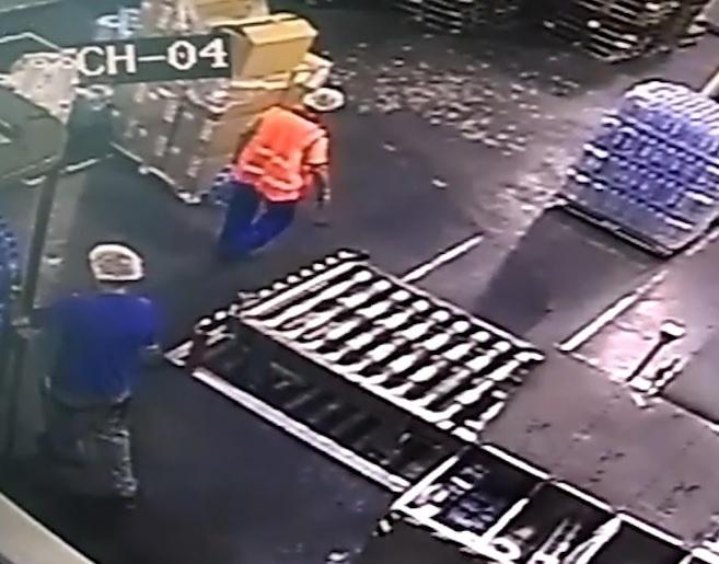 Укравший минералку с завода в Ессентуках работник попал на видео