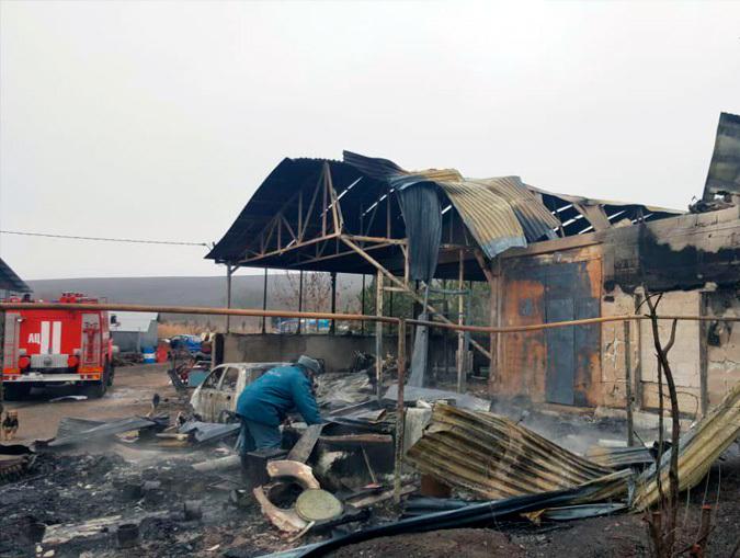 В пожаре пострадал человек, сгорел дом и автомобиль на Ставрополье
