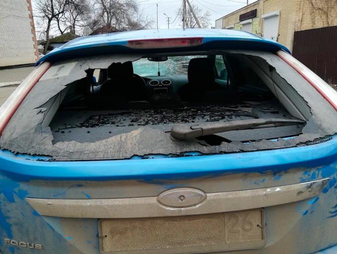 Гражданин разбил окна на автомобиле своего недруга на Ставрополье