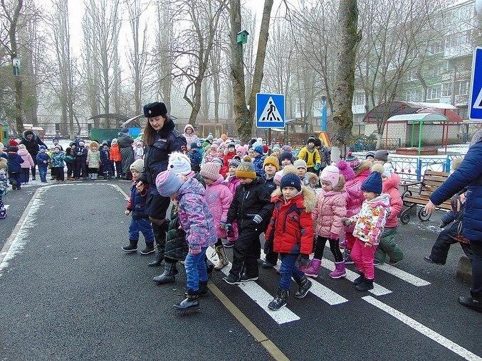 Инспекторы Ставрополя учат малышей ПДД