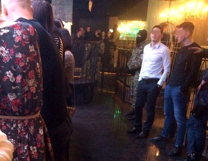 В известном ночном клубе Ставрополя наркополицейские с собаками провели облаву