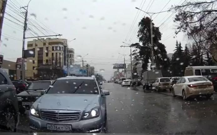 Винтернет попало видео, где автохам грубо нарушает ПДД вСтаврополе