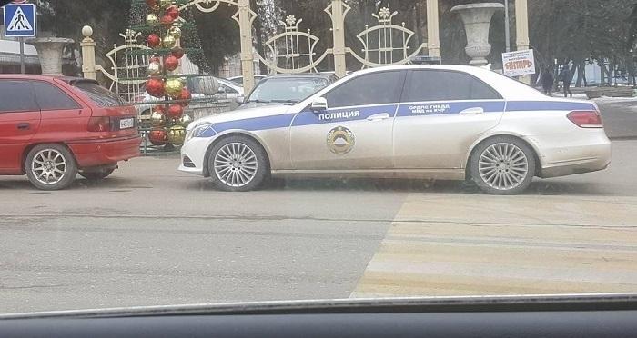 Паркуюсь как хочу: тонированный автомобиль сотрудника ГИБДД загородил пешеходный переход около полпредства в Пятигорске