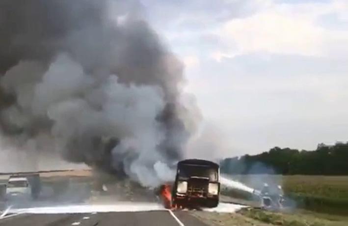 Пассажирский автобус загорелся во время движения на Ставрополье