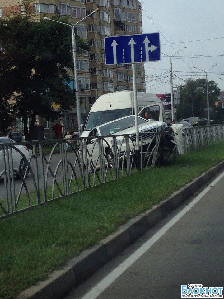 В Ставрополе «Мерседес» врезался в ограждение и после столкнулся с маршруткой