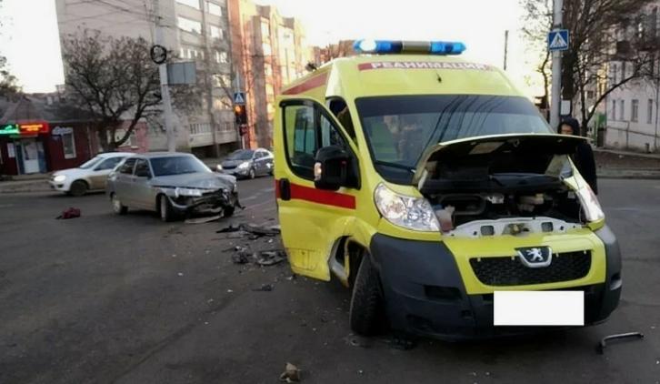 Авария реанимационного автомобиля и ВАЗ произошла в Ставрополе