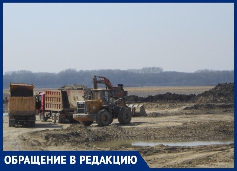 «Снимают и увозят на продажу плодородный слой почвы», - казаки станицы Барсуковской обратились с криком о помощи