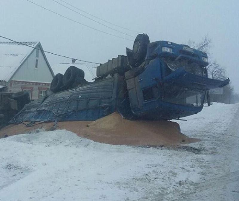 Момент опрокидывания грузовика в кювет попал на видео в Ставропольском крае