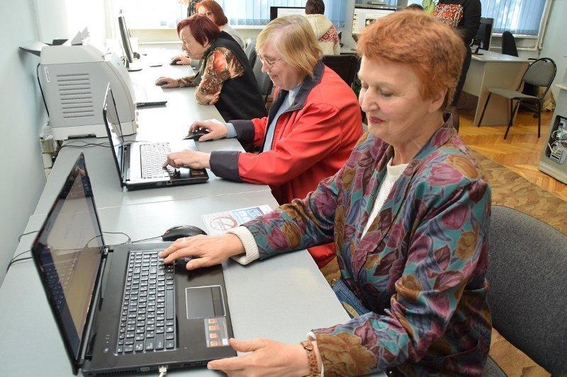Первые выпускники курсов «Азбука Интернета» получили от компании «Ростелеком» памятные подарки