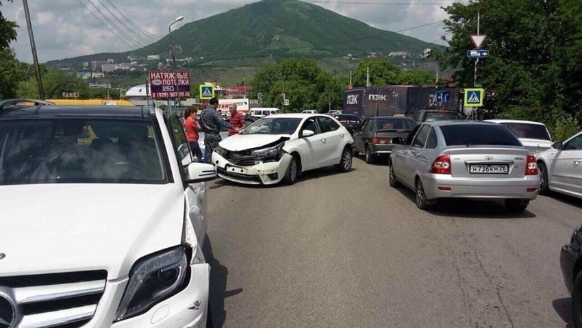 ВПятигорске грузовой автомобиль без тормозов столкнулся ссемью машинами