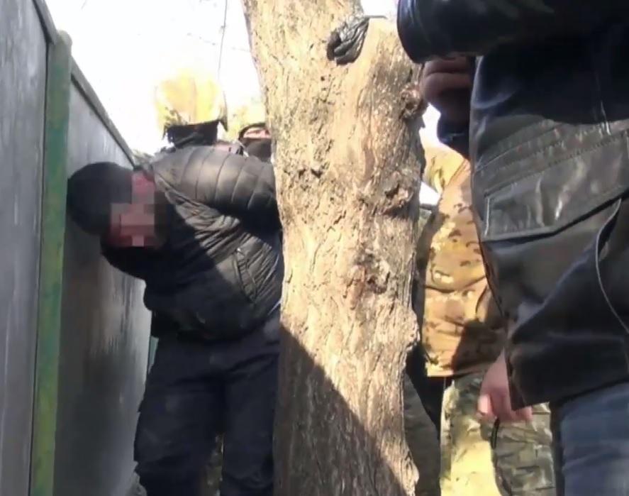 Крупную партию запрещенных лекарств и оружие нашли у группировки на Ставрополье