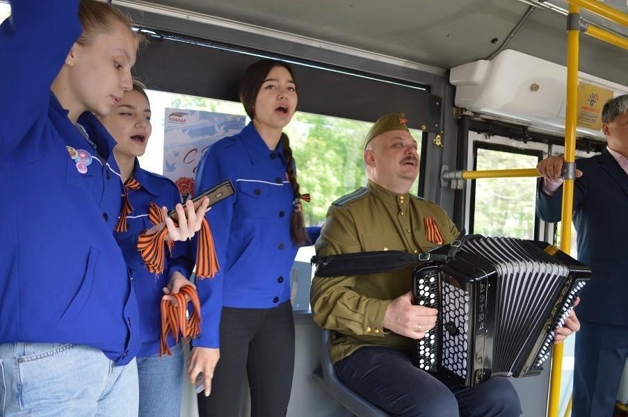 По улицам Ставрополя проехал «Троллейбус Победы» с живой музыкой и военными песнями