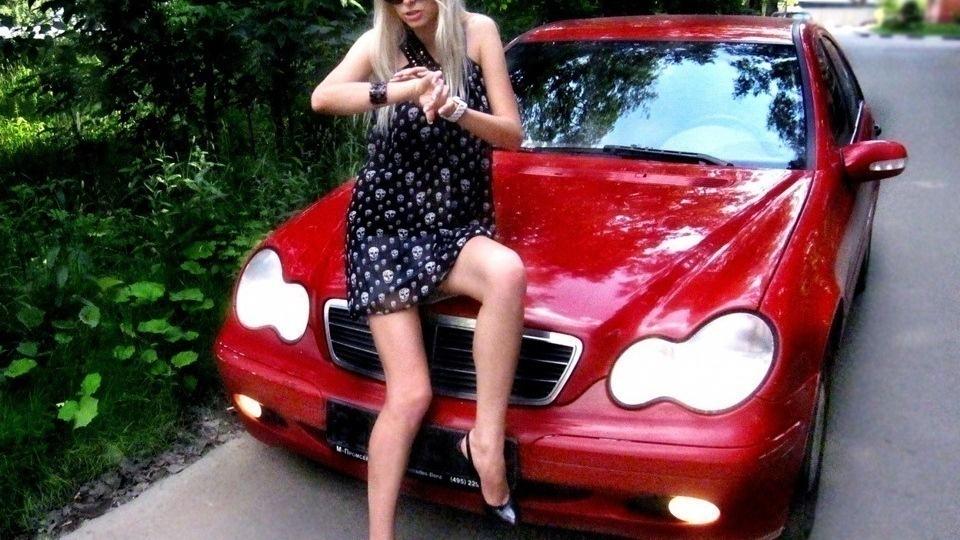 В Пятигорске разыскивают водителя красного мерседеса, едва не сбившего девушку на переходе