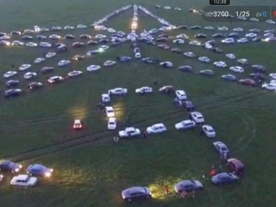 Более 200 автолюбителей из Ессентуков выстроили огромную «Звезду Победы»