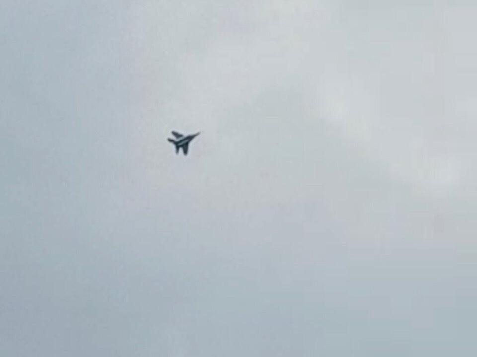 В небе над Ставрополем военный истребитель выполнял виражи