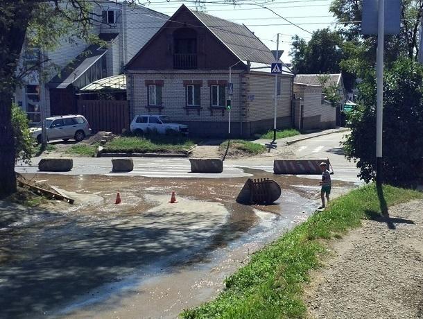 На Краснофлотской перекрыли движение из-за потопа на проезжей части в Ставрополе