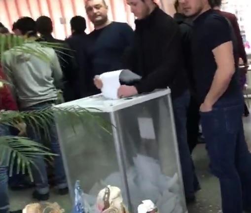 Группа молодых людей попыталась вбросить бюллетени на избирательном участке в Черкесске