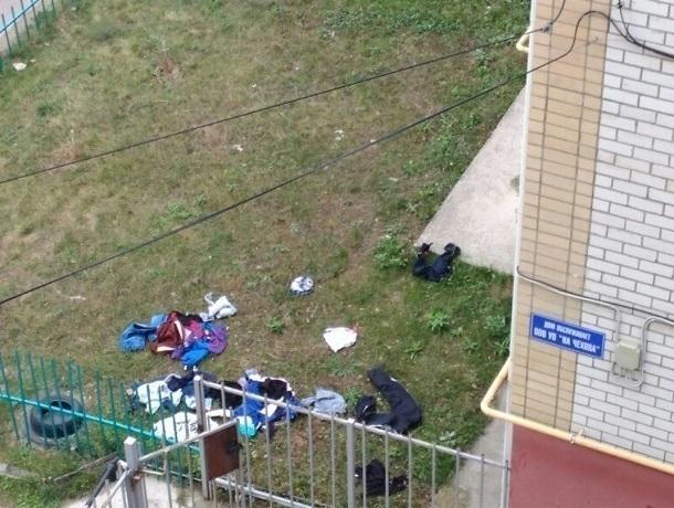 Ворох раскиданных на улице мужских брюк и футболок озадачил жителей Ставрополя