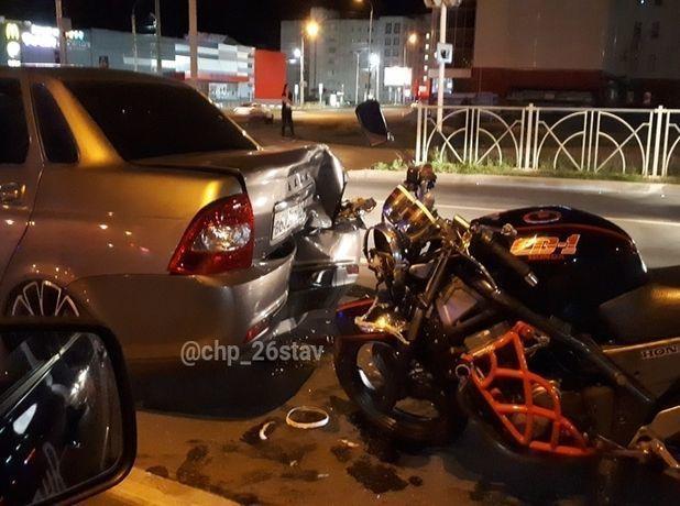 Мотоциклист «догнал» «Приору» на ночном перекрестке в Ставрополе
