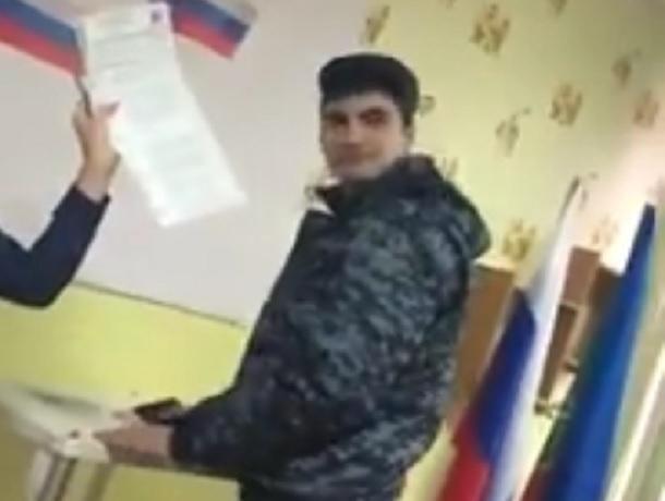 Кадры с попыткой вброса бюллетеней мужчиной в военной форме попали в сеть в КЧР
