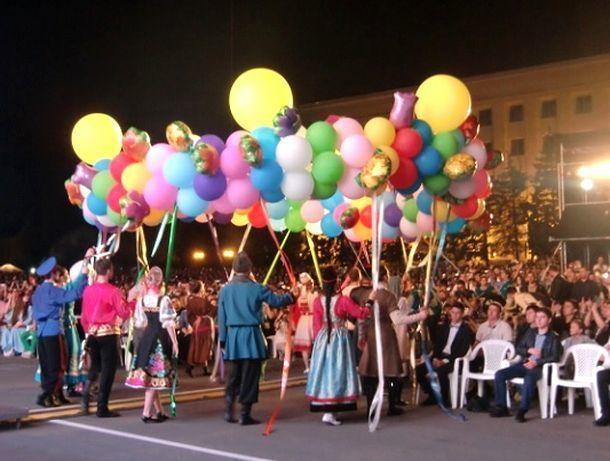 Гигантский венок из воздушных шаров запустили в небо над Ставрополем