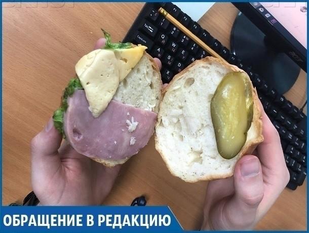 Маленьким кусочком ветчины внутри огромной булки оказался купленный мужчиной «сэндвич» в магазине Ставрополя