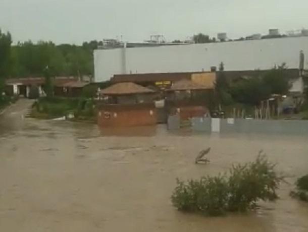 В Невинномысске Кубань вышла из берегов и затопила парковку
