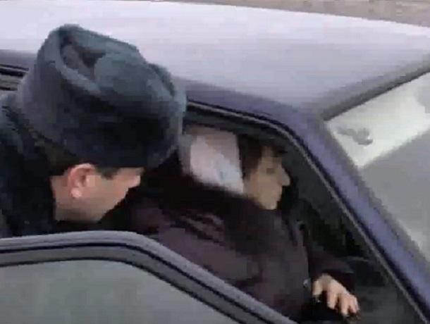 «Искал помощь, пока мать замерзала в машине»: полицейские спасли попавших в беду людей на Ставрополье