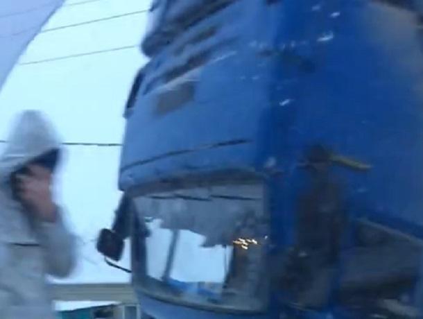 Огромный большегруз перевернулся прямо на дороге из-за гололеда в Ставропольском крае