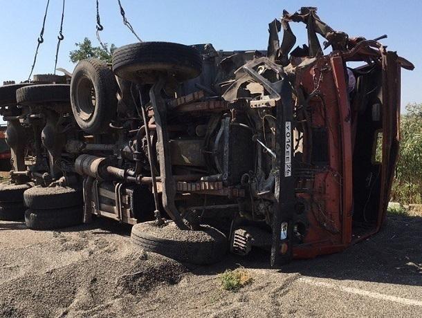 Молоковозу оторвало кабину в жестоком столкновении с груженым семечками КамАЗом на Ставрополье