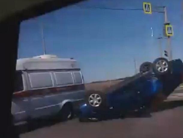 Голубая иномарка перевернулась после ДТП на выезде из Ставрополя