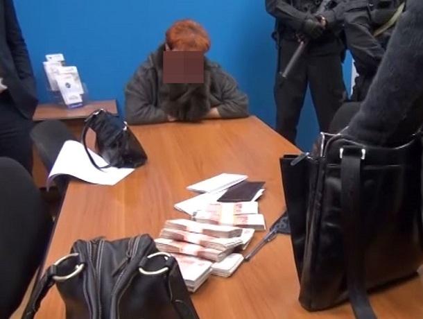 Работница пятигорского военкомата незаконно продала военный билет на 120 тысяч рублей