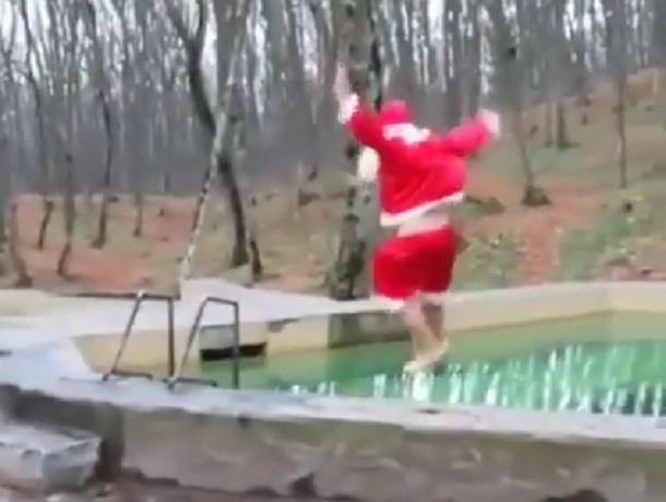 Прыжок отчаянного Деда Мороза в ледяную воду на Холодных родниках сняли на видео в Ставрополе