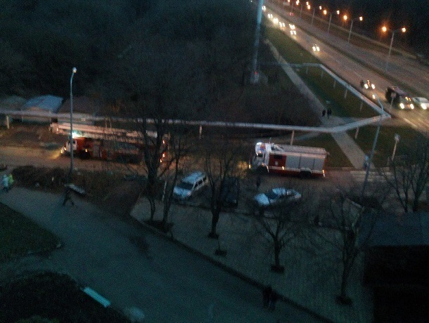 Четыре пожарные машины прибыли на вызов к многоэтажке в Ставрополе