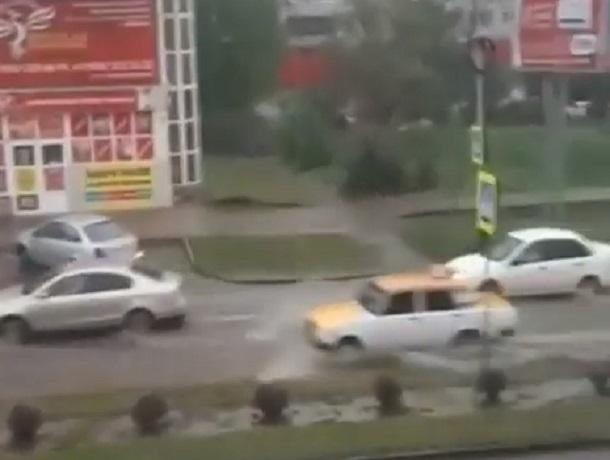«Бедные, они еле едут»: затопленные после дождя дороги попали на видео в Минводах