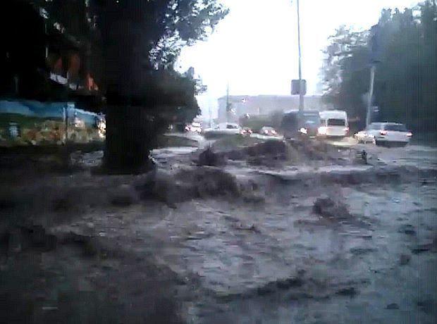 Апокалиптический потоп после ливня и града в Ставрополе шокировал горожан и попал на видео