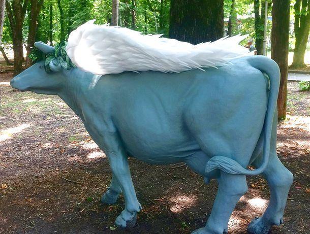 Голубая корова с крыльями в Центральном парке поставила в тупик жителей Ставрополя