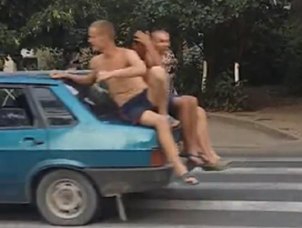 Три полуголых молодых человека прокатились по Ставрополю «верхом» на багажнике