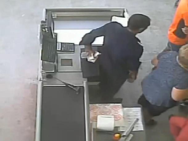 «Ловким движением руки»: кража денег из кассы магазина попала на видео в Ставропольском крае