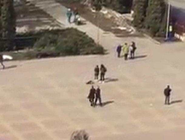 Лежащий посреди площади 200-летия ребенок встревожил ставропольчан