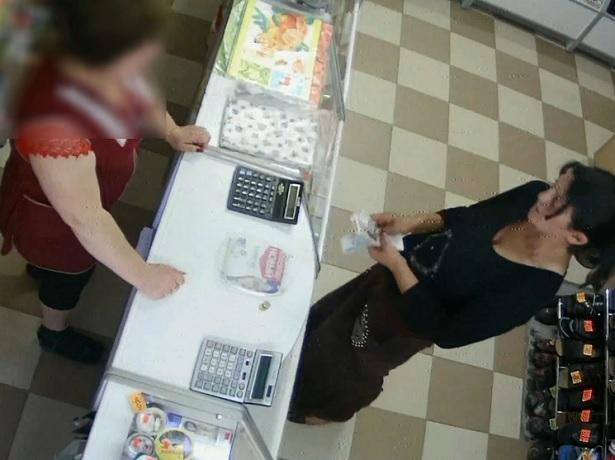 Хитрый трюк покупательницы с деньгами попал на видеокамеру в магазине на Ставрополье